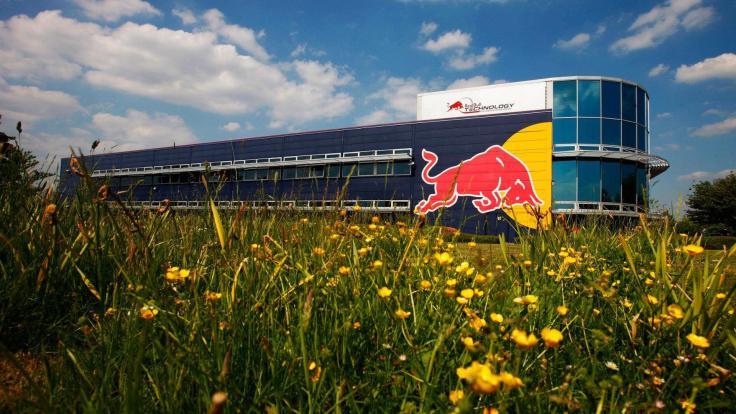 2010-211064-red-bull-racing-simulator-building-at-the-team-factory-in-milton-keynes-03-061